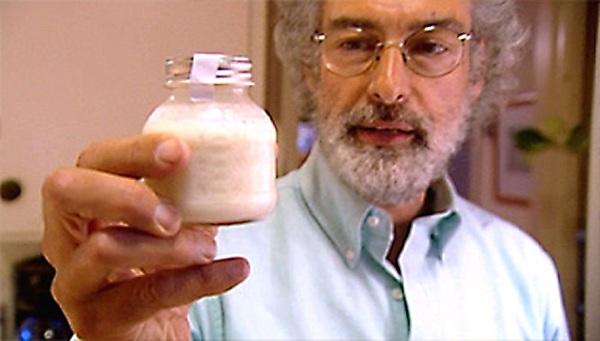 Howard Cohen muestra su dosis de leche materna