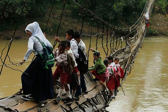 Niños que Van a la Escuela sin Importar lo que Pase
